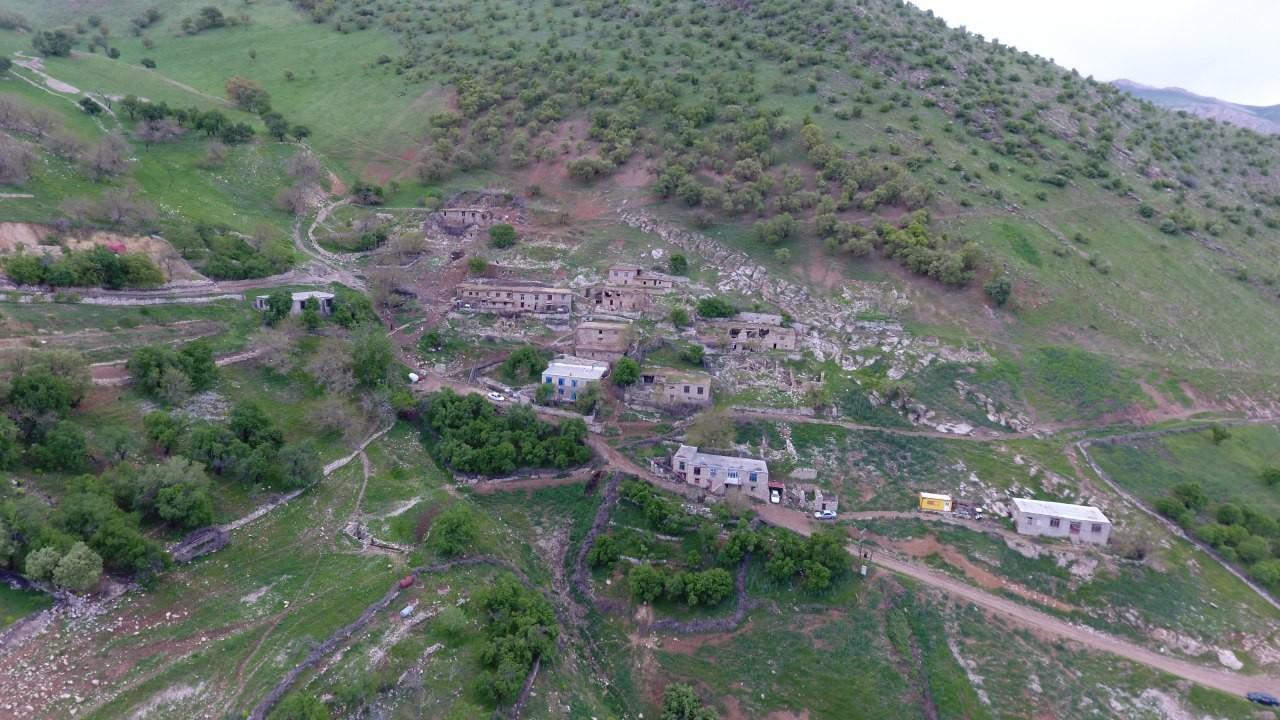 دورنمایی از روستای بله ای (میوی) در سال۹۶ در حالی که تقریباً خالی از سکنه شدهاست