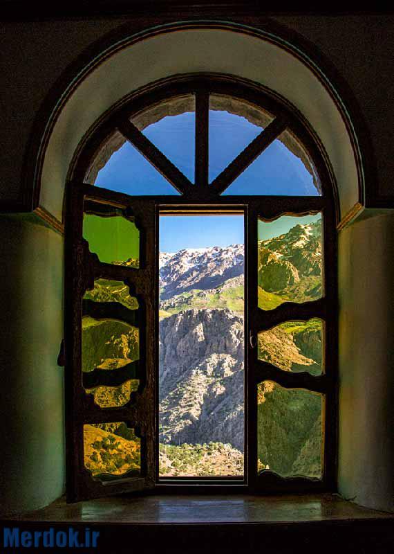 از پنجره مسجد جامع نمایی از کوه های رو به روی هورامان به چشم میخورد. کوه هایی که هنوز برف هایی از زمستان را بر دوش خود دارند
