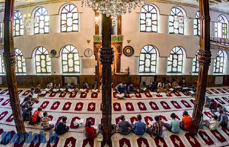 درون مسجد جامع هورامان تخت ۱۴ ستون سنگی قرار دارد که با چوب گردو روکش شدهاند و نقش برجستههایی به صورت اسلیم بر آنان کنده شده است. چهار سوی دیوار بالکن مسجد با چوب گردو اسماء متبرک الهی منبت کاری شده و به صورت زیبایی با تزئین خاص قرار گرفته است. سقف مسجد نیز به نام زیبای الله جل جلاله و پیامبر رحمت با رنگ های سبز و سفید که ردی از رنگ طلایی از دل آن گذشته، مزین شده است