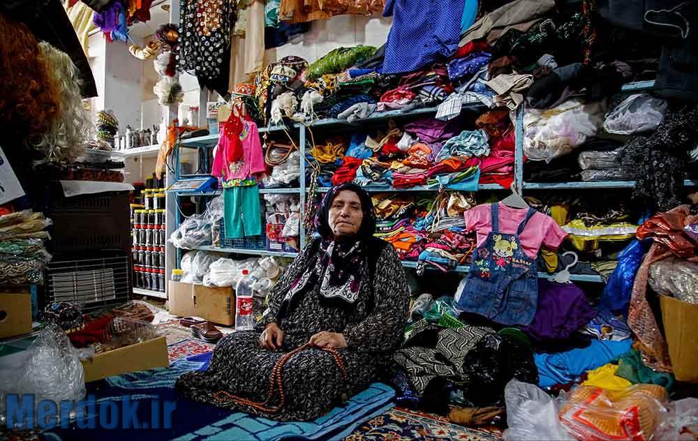مریم خانم که سرپرست دو خانواده است در مغازه ی کوچک خود به سختی روزگار می گذراند.