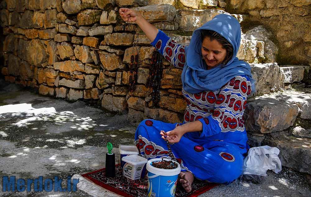 اغلب زنان دراین شهر برای دوری از بیکاری به تولید صنایع دستی می پردازند که درآمد بسیار ناچیزی برای آنها دارد.