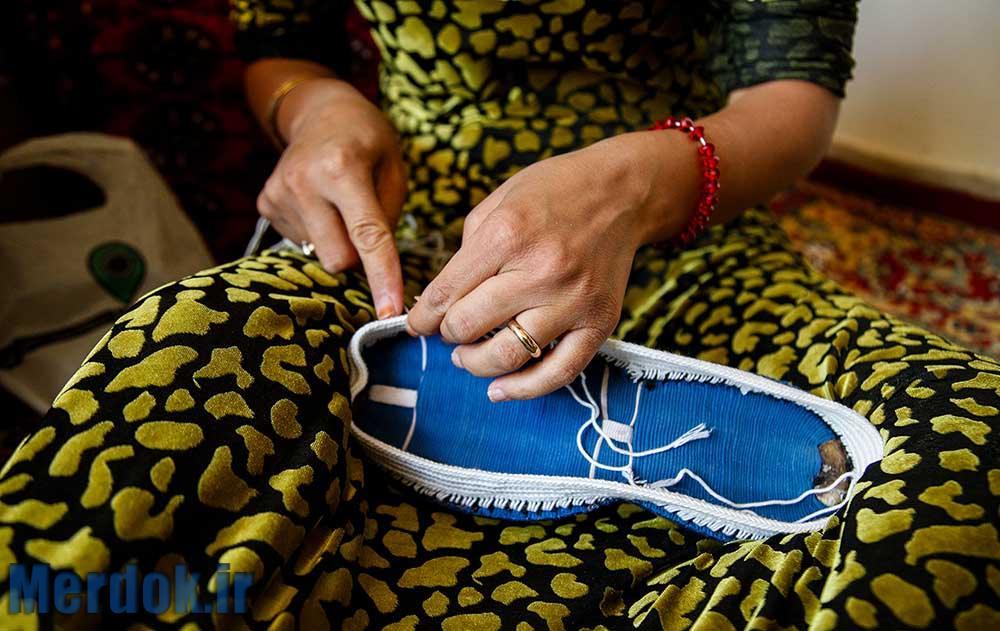 کلاش بافی یکی از مشاغل خانگی زنان اورامانات است که با وجود سختی کار درآمد اندکی برای آنها دارد.