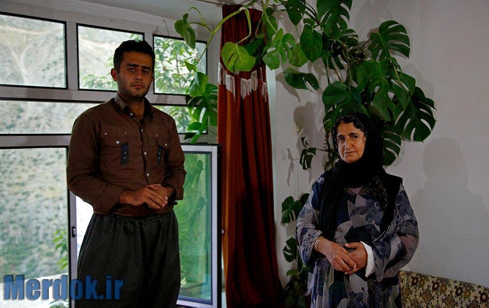 اقبال چندماهی است که از خدمت سربازی به شهر خود بازگشته است و هنوز نتوانسته است در جایی مشغول به کار شود. او به همراه مادرش زندگی می کند.