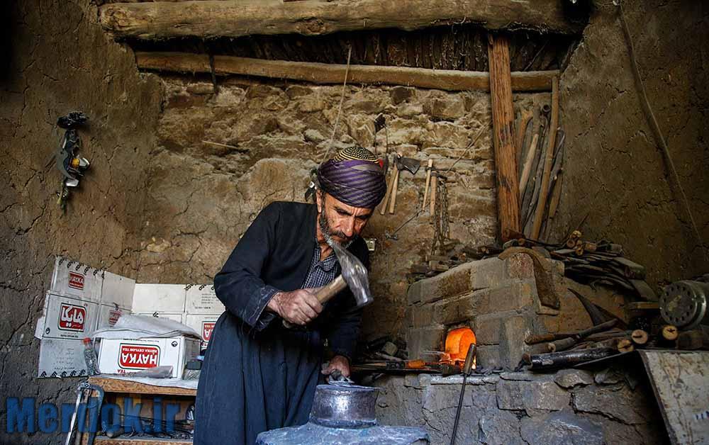 مشاغل سختی همچون آهنگری هنوز در شهر اورامانات رواج دارد که درآمد بسیار کمی دارد.