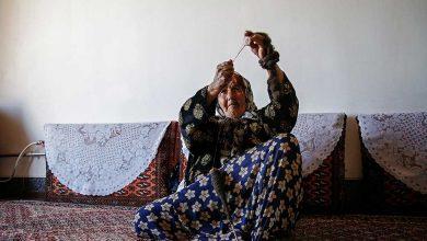 کافیه خانم به علت فقر مجبور است در سن ۸۰ سالگی نخ ریسی کند.