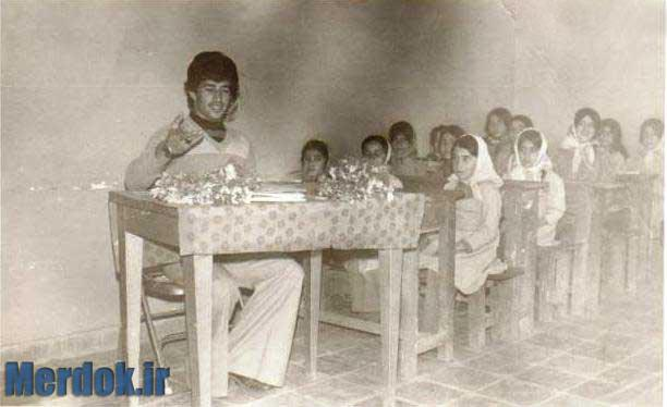 افرادحاضردرعکس:شمس الدین خالصی (معلم) مکان:کلاس سوم دبستان بوعلی روستای خانقاه زمان:1356